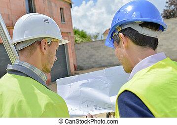 plans bâtiment, hommes, site, deux, regarder