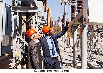 planta eletricidade, gerentes, inspeccionando, poder