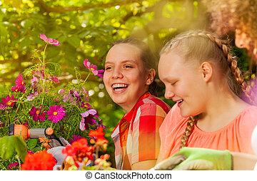plantande, flickor, medan, utomhus, nöje, blomningen, ha