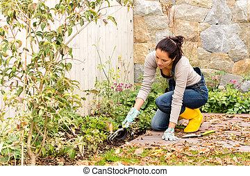 planter, femme, jardinage, parterre fleurs, jeune, arrière-cour, outils