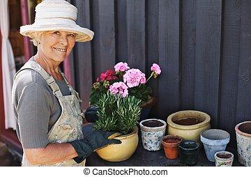 planter, pot, femme, fleurs, personne agee