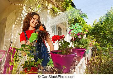 planterar, trädgård, vattning, terrassera, flicka, lycklig