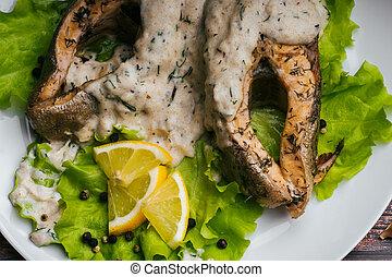 plaque, citron, fish, salade verte, blanc, frit, sauce, rouges, crème