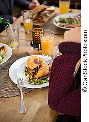 plaque, femme, jeune, hamburger