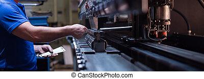 plaque, ouvrier métal, contre, machinerie, tenue, fabrication