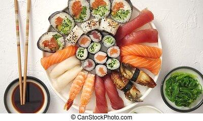 plaque, rond, rouleaux, placé, sushi, céramique, divers