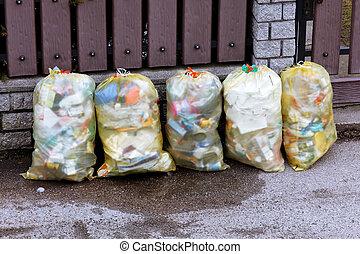 Plastic garbage bags with rubbish zurM�llentsorgung -...