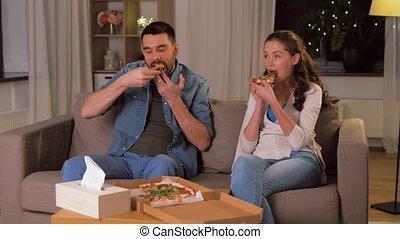 plat à emporter, couple, maison, pizza mangeant, heureux