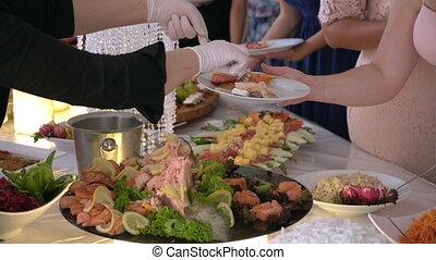plat nourriture, mettre, invités, buffet
