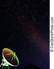 plat satellite, sous, les, ciel étoilé