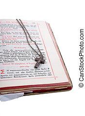 plata, cruz, en, un, abierto, viejo, biblia, con, cuero, cubierta