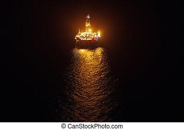 plataforma costa afuera del aceite, por la noche