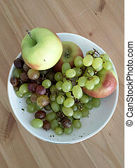 plate with grapes and apples