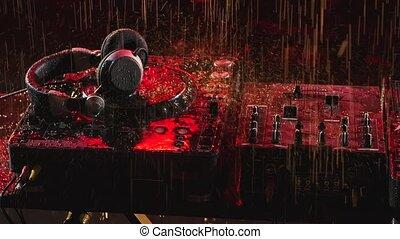 platine, pont, rayons, automne, light., console, studio., instrument, professionnel, écouteurs, gouttes pluie, haut., motion., rouges, fin, lent, sombre