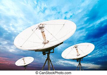 plato basado en los satélites, antenas
