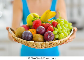 platte, frau, geben, closeup, früchte, frisch