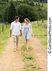 platteland, wandelende, paar handen vast te houden