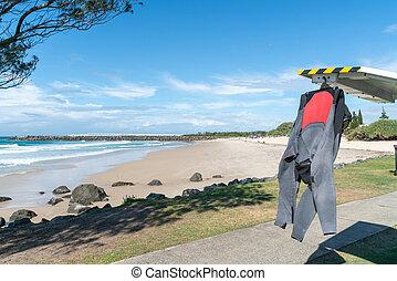 playa, coolangatta., duranbah, sol, secado, espalda, wetsuit, negro, vehículo, ahorcadura, rojo