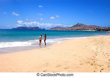 playa, dos mujeres