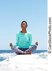 playa, mujer, yoga, joven, feliz