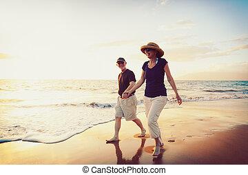 playa, pareja, el gozar, ocaso, 3º edad