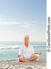 playa, practicar, mujer, yoga, maduro