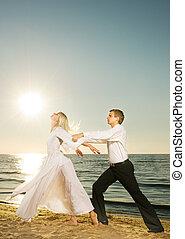 playa, puesta del sol de los pares, joven, bailando