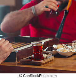 playing backgammon with black tea