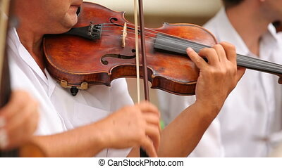 Playing the violin - Start the Violin Concerto of his middle...