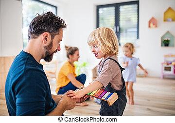 playing., zwei, schalfzimmer, innen, klein, junge familie, kinder
