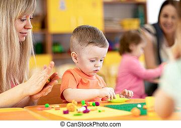 playroom., kinderen spelende, baby, babykamer, kindergarten., plasticine, les, toddler, leraar