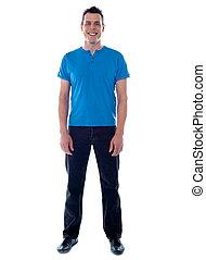 pleno retrato comprimento, de, casual, homem jovem