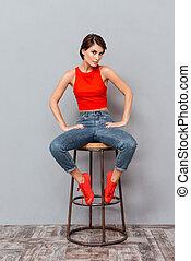 pleno retrato comprimento, de, um, menina séria, sentar-se cadeira