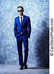 pleno retrato comprimento, de, um, na moda, bonito, homem jovem