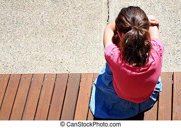 pleurer, girl, triste, jeune, au-dessus, vue, figure, couverture, yard, elle, école