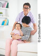 pleurer, leur, gâté, réconfortant, grands parents, asiatique, daugthe