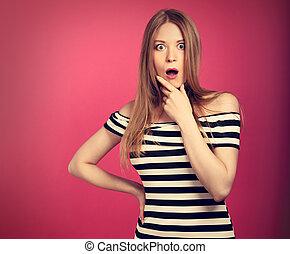 plezier, streng, verrassend, vrouw, in, gestreepte , jurkje, holdingshand, dichtbij, de, mond, met, groot, geopend, eyes, op, rooskleurige achtergrond, en, het kijken, serious., toned, closeup, verticaal