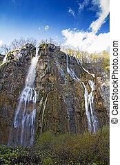 plitvice, laghi, con, uno, grande, cascata, sotto, il, cielo blu, parco nazionale, in, croazia