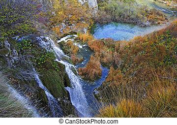 plitvice, lagos, y, cascadas, con, otoño, colores, de, parque nacional, en, croacia