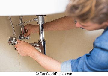 plomero, reparación, lavabo, desagüe, en, cuarto de baño