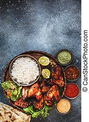 plongement, poulet, pilau, tandoori, servi, différent, ailes, riz, naan, sauces, pain, chutney
