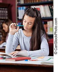 pluma, biblioteca, mientras, libro, tenencia, colegiala, lectura
