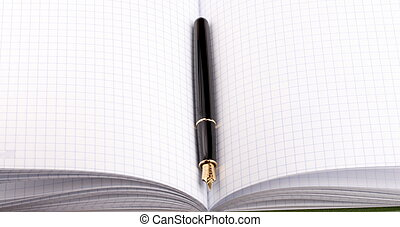 pluma estilográfica, en, papel, cuaderno