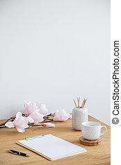 pluma, papel, cartel, pared, jarra, sobre, lugar, hojas, flores, mesa., su, vacío