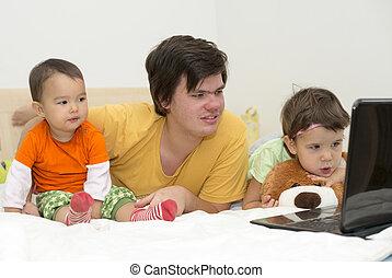 plus jeune, sien, regarder, grand frère, dessins animés, soeurs