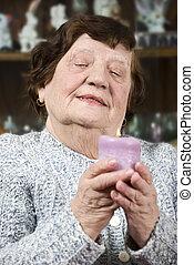 plus vieille femme, à, lumière bougie