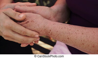plus vieille femme, chariot, tenant mains