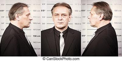 plus vieux, grande tasse, poser, planche, mugshot, devant, criminel, homme