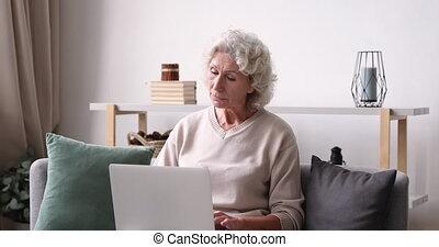 plus vieux, ordinateur portable, maison, pensif, inspiré, dactylographie, dame