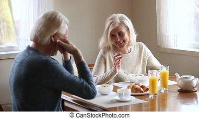 plus vieux, sain, couple, avoir, matin, conversation, rire, petit déjeuner, personne agee, heureux